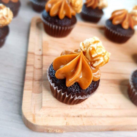 Mini šokoladiniai keksiukai su karameline kepurėle