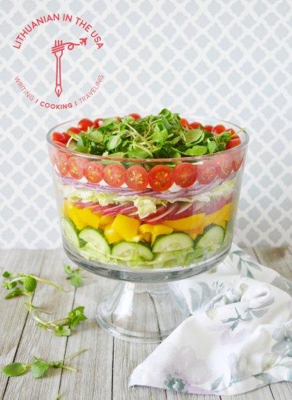 Sluoksniuotos daržovių salotos su ypatingu padažu