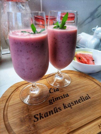 Jogurtinis arbūzo ir braškių kokteilis