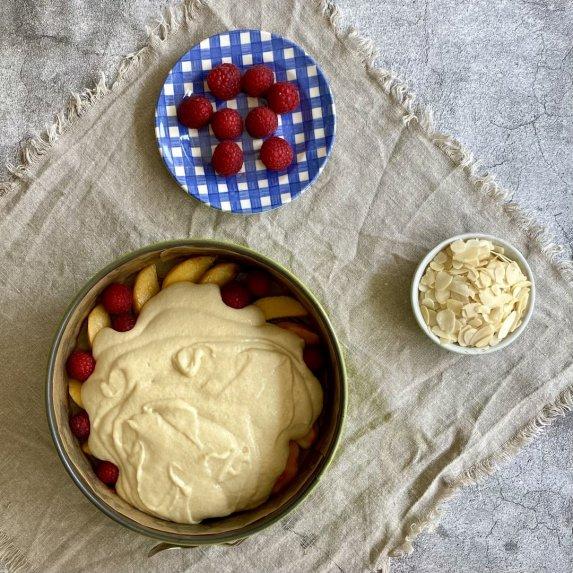 Apverstas pyragas su persikais ir avietėmis