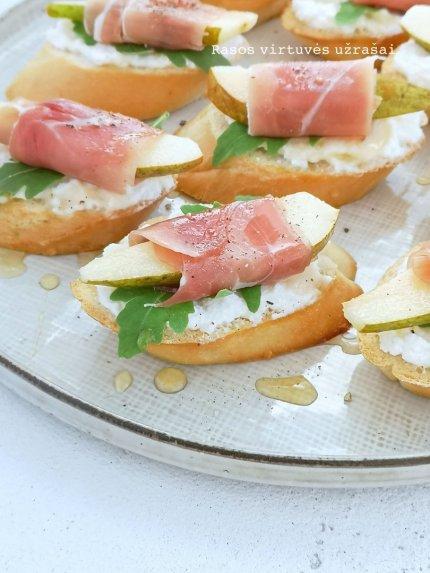 Greiti sumuštinukai su kriaušėmis, kumpiu ir sūriu