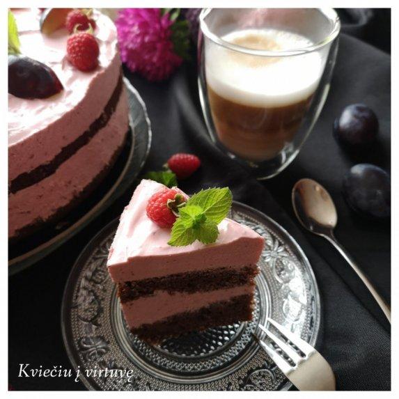 Kavos tortas su slyvų putėsiais